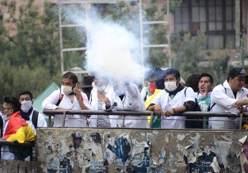 Médicos y estudiantes de la carrera de medicina movilizados destruyeron un cerco que protegía el nuevo edificio de Yacimientos.(Foto: Jorge Mamani(ABI).